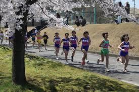 桜の下_走るimages.jpg